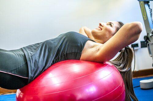 Training mit Ball - wie Hormone dein Gewicht beeinflussen.