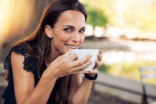 Frau mit Kaffee - Fakten über Kaffee