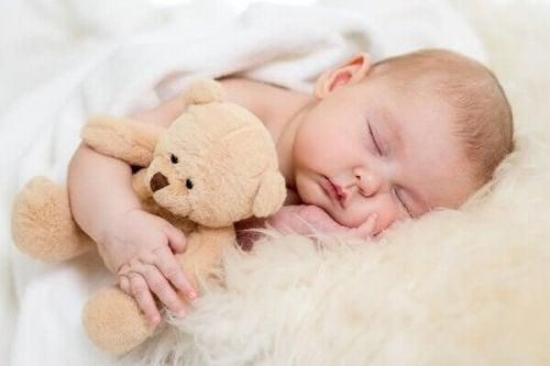 Neugeborenen beim schlafen zusehen