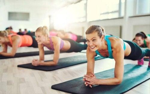 Bankstütz: Die beste Übung für einen flachen Bauch