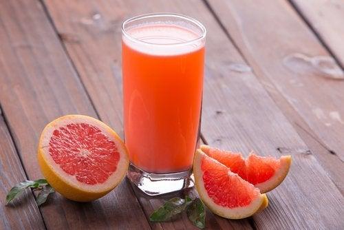 Blutorangensaft und weitere Getränke, die beim Abnehmen helfen