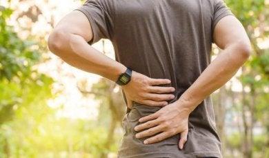 Ein Mann hat Beschwerden aufgrund von Iliosakralgelenkschmerzen.
