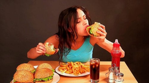 Emotionaler Hunger bringt Menschen dazu, Junk Food zu essen.