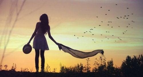 Frau laufend alleine Narben Schuld