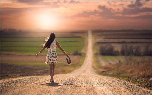 der richtige Schuh zum Kleid für einen langen Weg