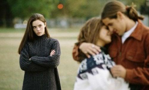 Freunde in Beziehungen vergessen, ein Grund weshalb du keine Freunde hast