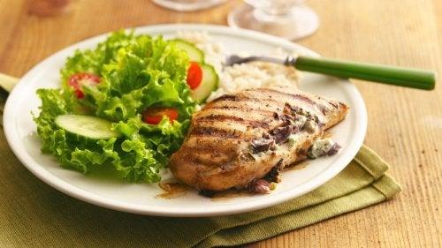 gesunde Rezeptideen mit Fleisch und Salat
