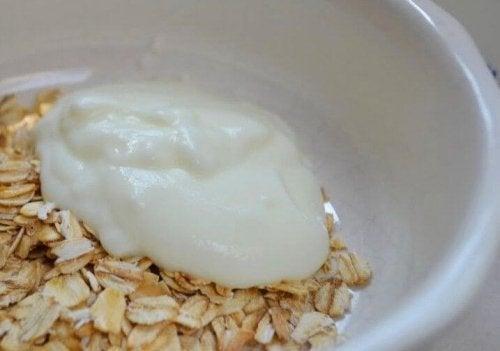 Hafer Schüssel mit Joghurt Hausmittel gegen schwere Verstopfung