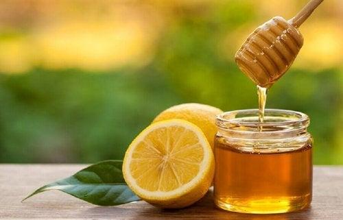 Heilmittel mit Honig und Zitrone.