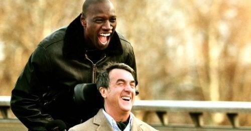 Zwei unvergessliche Menschen lachen