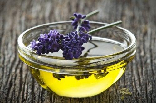 Naturheilmittel gegen Achselschweiß: Lavendelöl