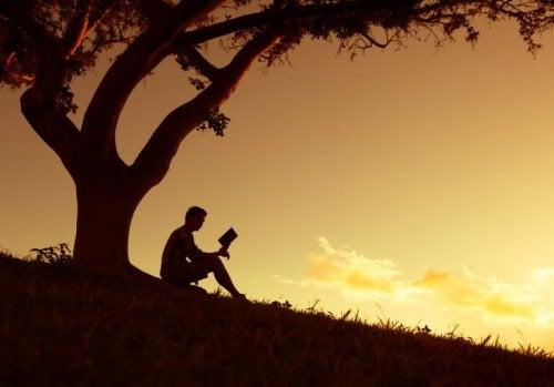 Mann unter Baum Schuld Geduld