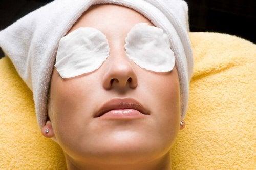 Maske gegen Augenringe und müde Augen