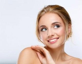 Versorge deine Haut mit Feuchtigkeit und vermeide Schminke