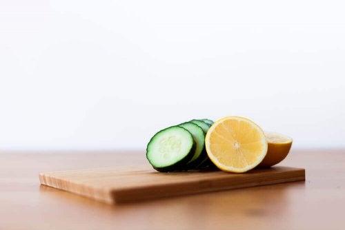 Zutaten für den Gurken-Zitronen-Minz-Smoothie!