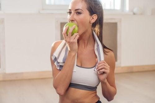Knackiges Obst und Gemüse für weiße Zähne