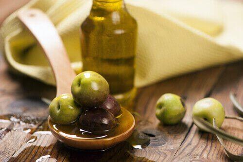 mit Olivenöl Hautunreinheiten beseitigen