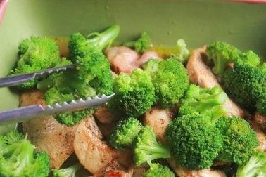 Zubereitung von Brokkoli mit Hühnchen