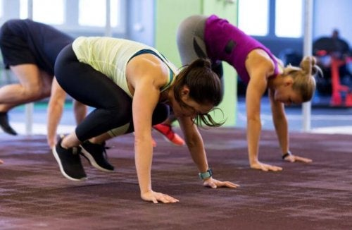 Übungen für Herzkreislauf-Training: Liegestützsprung