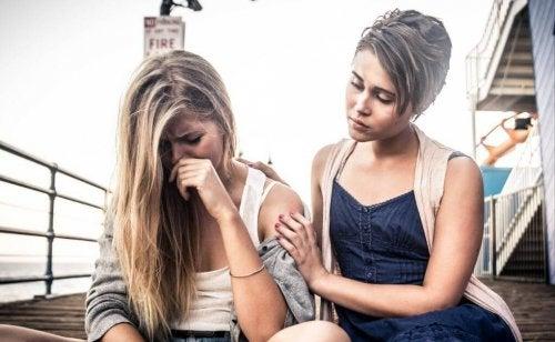 Chronische Opferhaltung - Mädchen tröstet Freundin