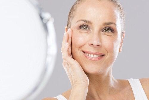 Frau verwendet Natron in Kosmetik und Heilkunde