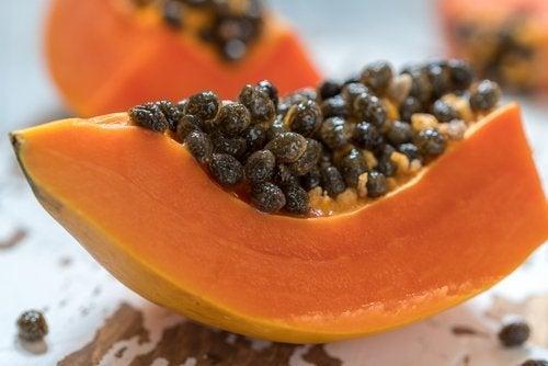 Papayakerne essen ist gut für die Verdauung