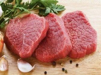 Fleisch ist reich an gesättigten Fetten und Cholesterin.