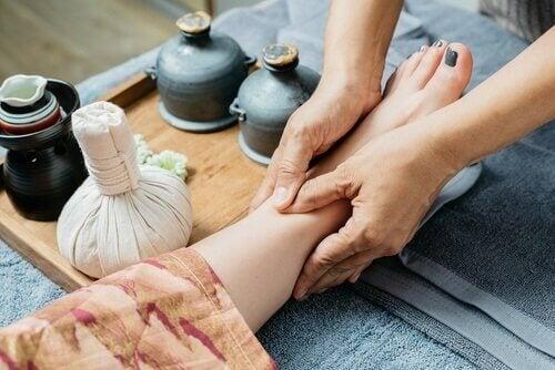 Ein Fuß wird massiert, damit kann man Gelenkschmerzen lindern