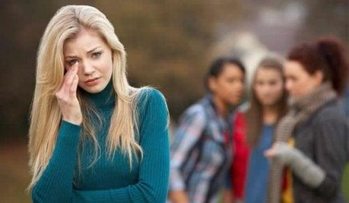 Junge Frau hat chronische Opferhaltung