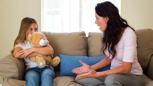 Wenn Kinder aufsässig werden, klare Regeln und Strafen aufstellen