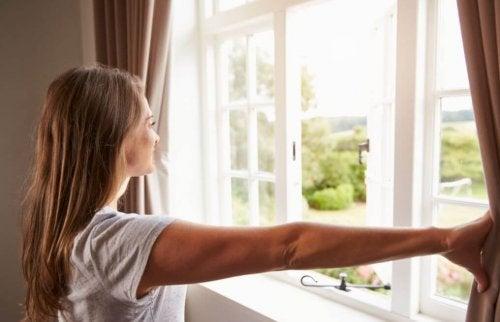 Lüften, um Feuchtigkeit in der Wohnung loszuwerden