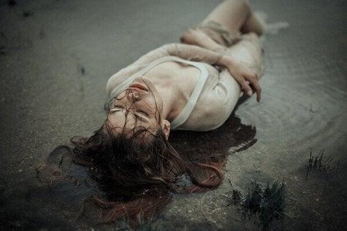 Schmerz bewältigen am Boden zerstört