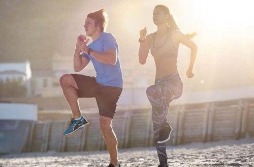 Übungen für Herzkreislauf-Training: Mit angezogenen Knien springen