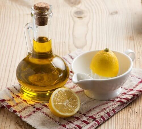 Olivenöl und Zitronenschale ergeben zusammen ein Mittel, mit dem man Gelenkschmerzen lindern kann