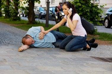 Schnelle Maßnahmen und Erste-Hilfe-Tipps für einen Herznotfall