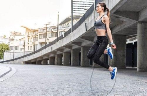 Übungen für Herzkreislauf-Training: Seilspringen