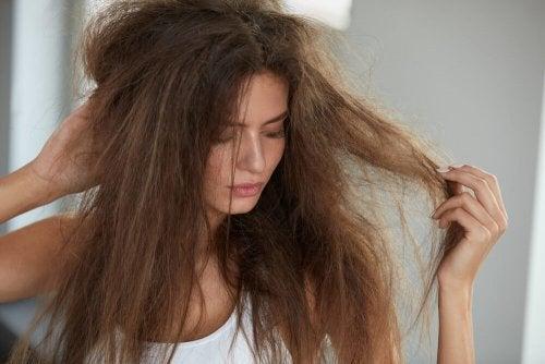 Wie du mit diesen 5 natürlichen Mitteln dein Haar mit Feuchtigkeit versorgen kannst