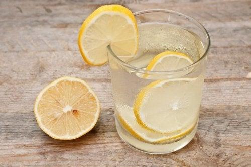 Wasser mit Zitrone als Mittel zur Entgiftung des Lymphsystems