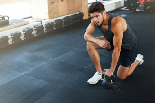 Mann macht Übungen gegen Schulterschmerzen