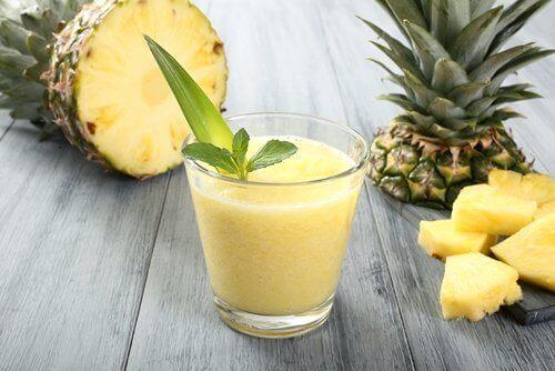 Avocadosmoothies mit Ananas