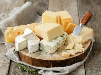 Grünes Blattgemüse, Käse und Orangensaft