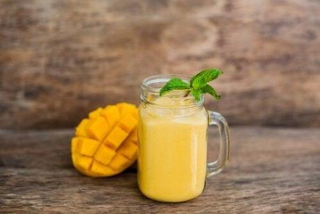 Orangefarbener Smoothie und andere Smoothie-Rezepte