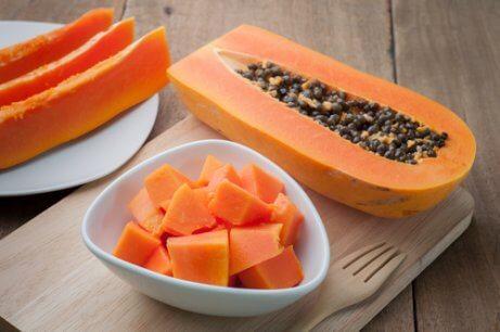 Papaya und getrocknete Pflaumen