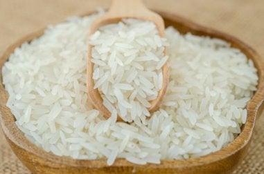 Reispeelings aus Reis und Erdbeersamen