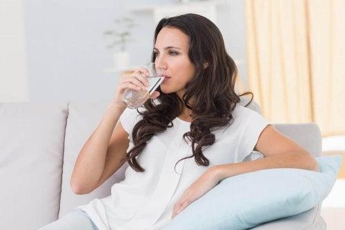Verdauung verbessern mit viel Wasser.