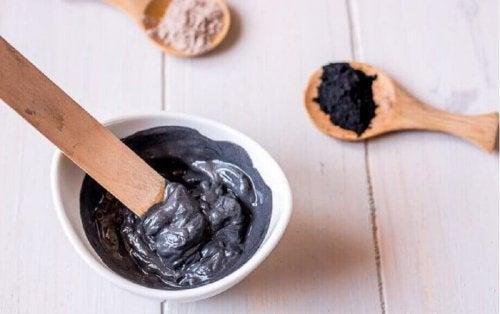 Wie du diese schwarze Gesichtsmaske zu Hause selbst machen kannst