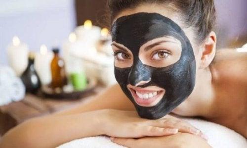 Woraus wird diese schwarze Gesichtsmaske hergestellt