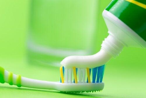 Bügeleisen reinigen mit Zahnpasta