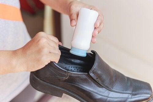 Mit Babypuder neue Schuhe bequemer machen