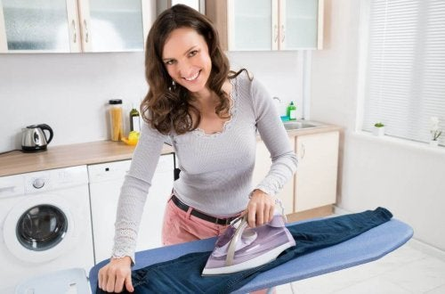Frau bügelt schneller mit Alufolie